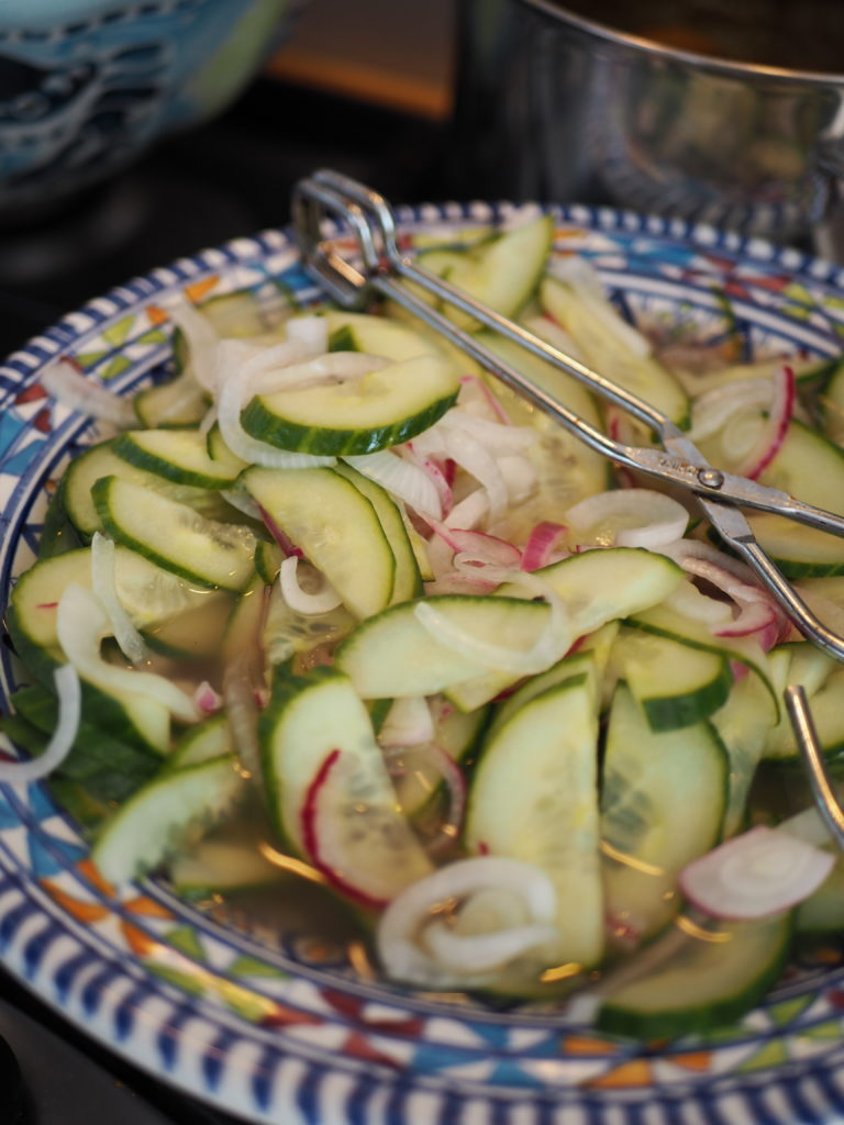surinaams zuurgoed komkommer en rode ui
