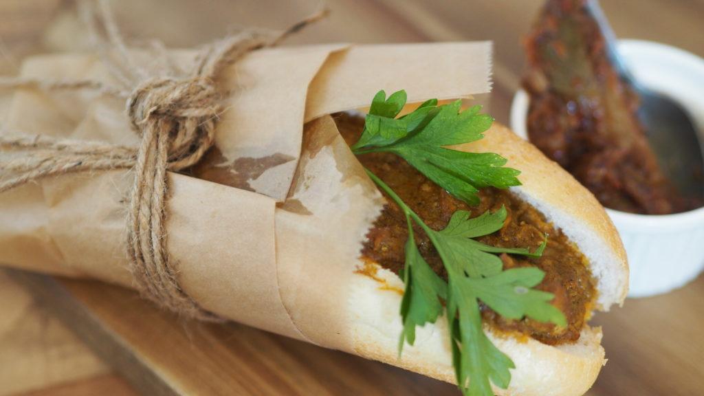Broodje Surinaamse HIndoestaanse massala met zuurgoed en mangochutney