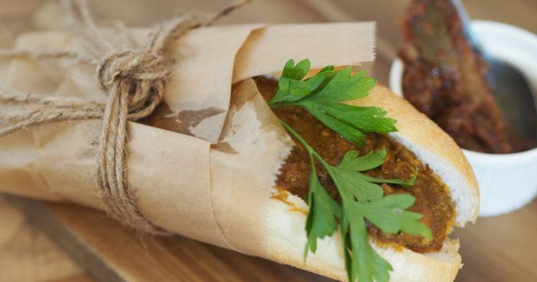 Broodjes Surinaamse kip-kerrie met zuurgoed