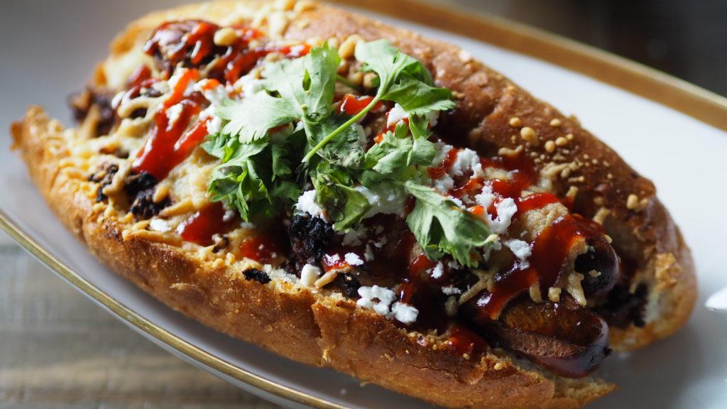 Chili cheese dogs met koriander, sriracha en feta