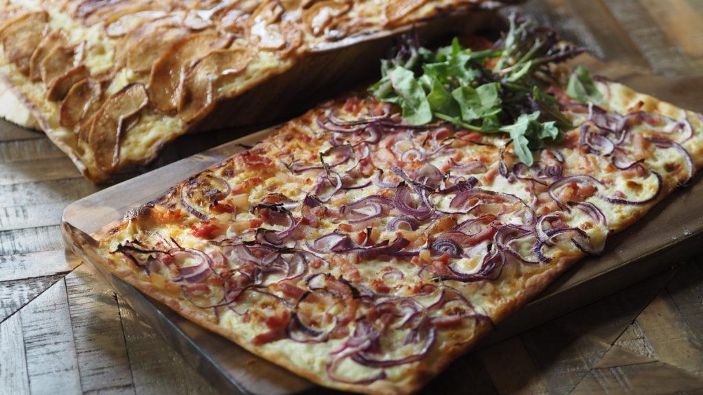 flammkuchen tarte flambée klasiek spek en ui en zoet appel kaneel