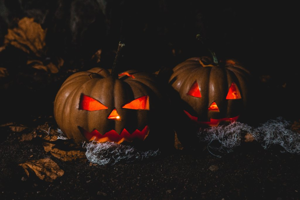Herfstige jack-o-lantern pompoen in het donker: perfect voor Sint Maarten