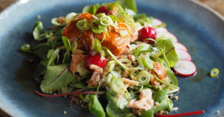 Aziatische superfoodsalade van warm gerookte zalm, quinoa en avocado
