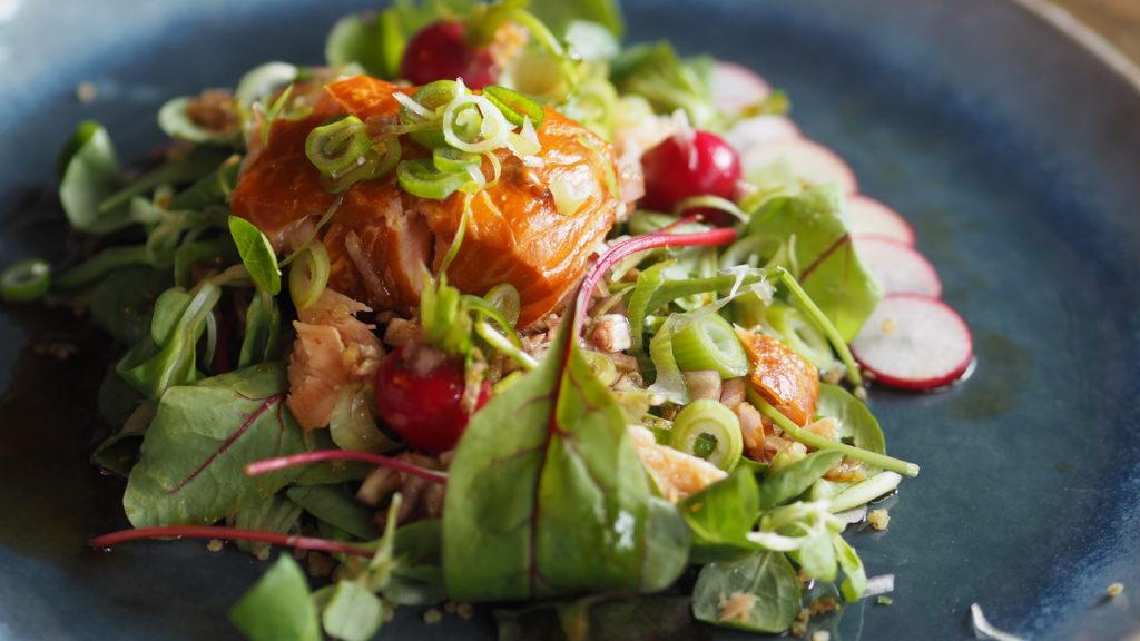 superfood salade met warm gerookte zalm, aziatisch, avocado, Japans, quinoa, radijs, tomaat, snijbiet.