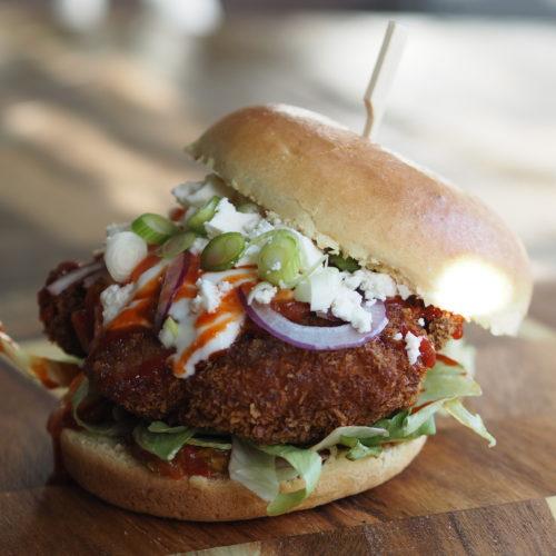 berliner kipburger: ultieme kipburger met brioche, ijsbergsla, salsa, cream cheese, feta en sriracha