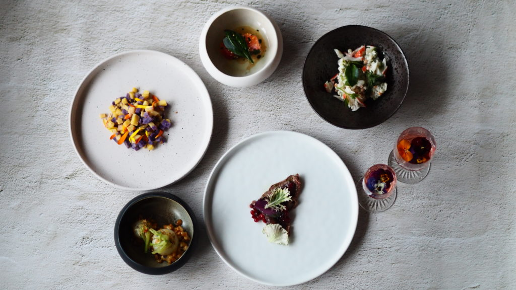 table top van allerlei gerechten uit de sinterklaasbox van restaurant de basiliek, twintiggangemenu