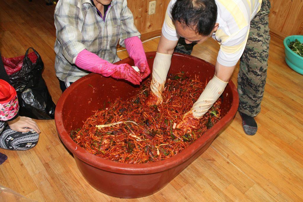 Kimchi wordt traditioneel in enorme teilen gemaakt.