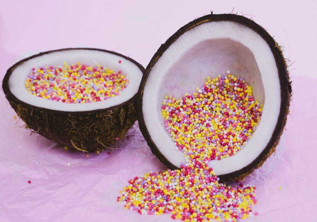 kokosnoten met spikkels erin op een roze ondergrond, om blue monday te veranderen in jolly january