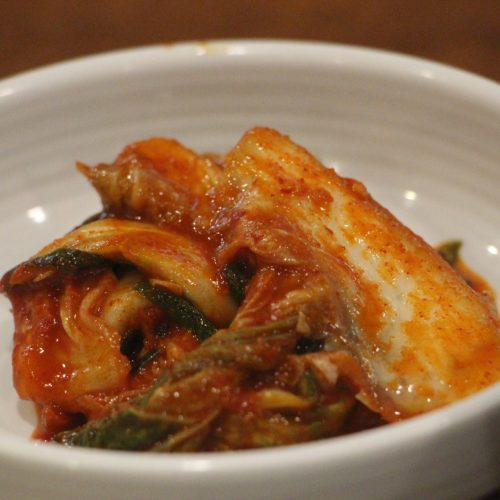 kimchi in schaal banchan bij de maaltijd