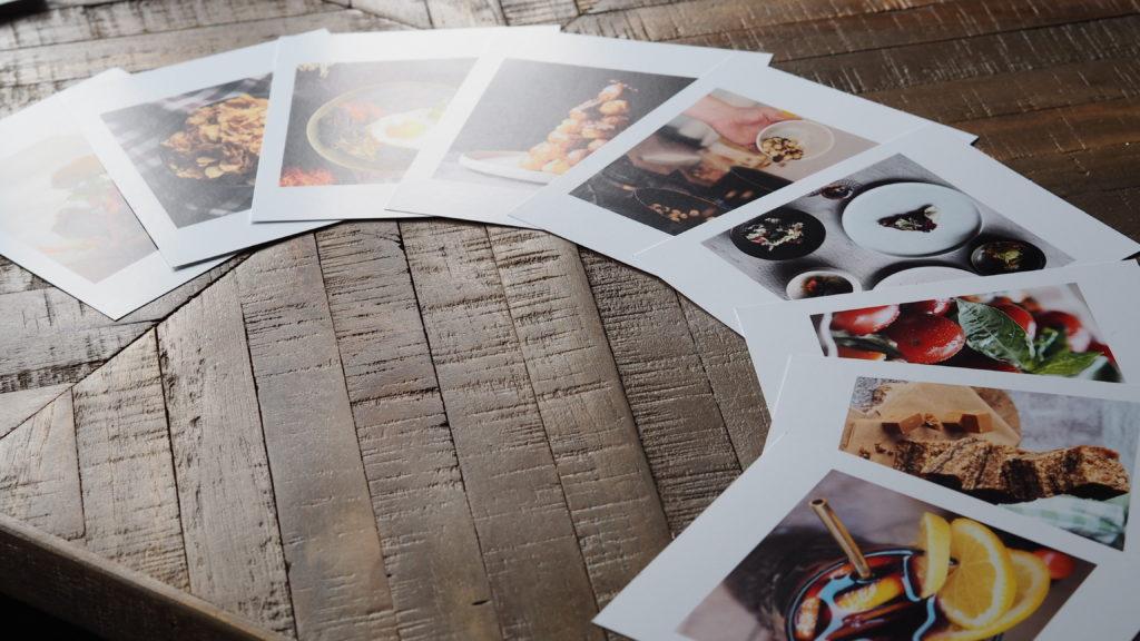 foto's van fotofabriek op tafel in een waaier