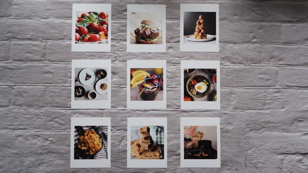 foto's van fotofabriek in een rooster aan de muur geplakt van dri e bij drie.