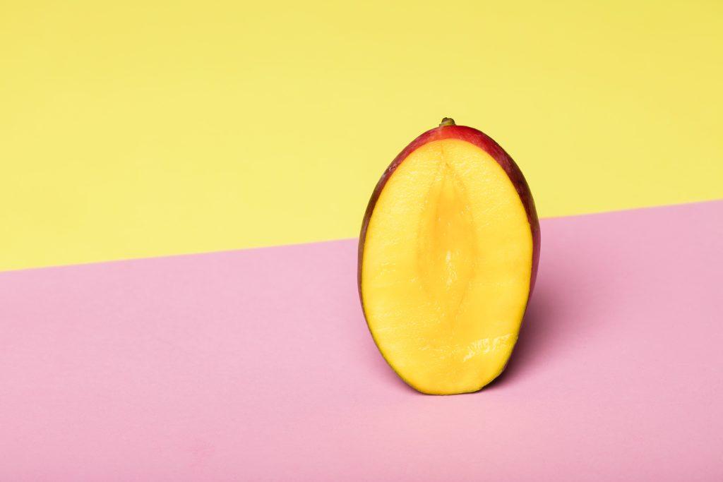 Mango voor op de tiktok quesadilla! Tegen een geel roze achtergrond