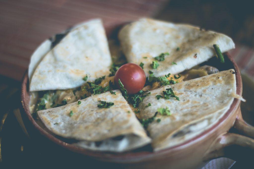 klassieke quesadilla in een cocotte
