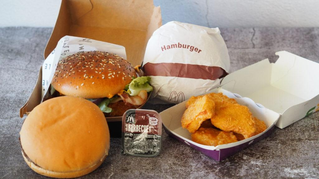 mcdonald's hamburger, kipnuggets, barbecuesaus en homestyle crispy chicken