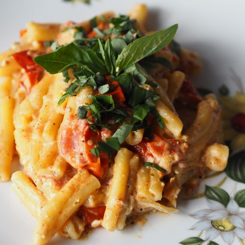 feta pasta, tomaatjes, ovenschaal en gele pannenlappen