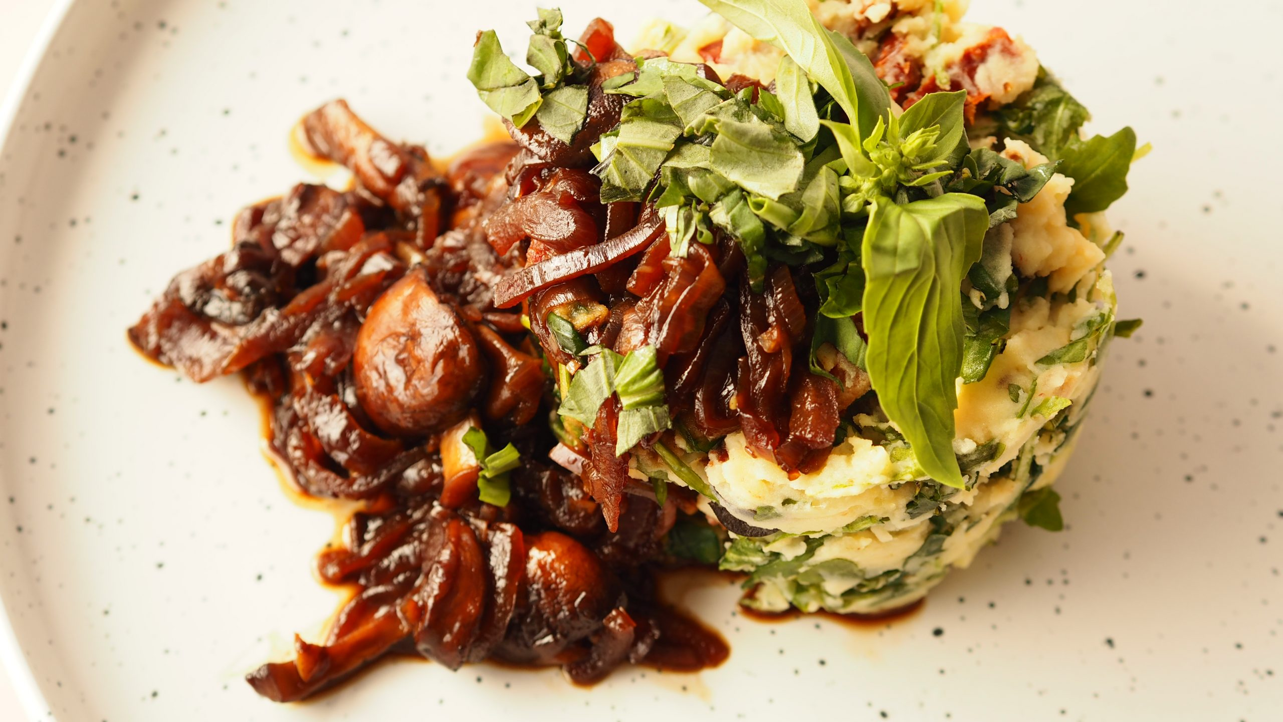 Rucola stamppot met zongedroogde tomaat, olijf, basilicum en champignonjus
