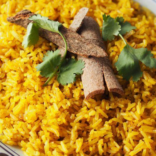 pilau rijst met kaneelbast en koriander