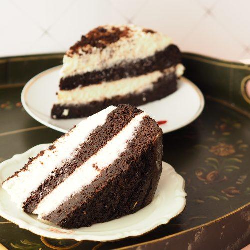 Black velvet guinness cake met moscatel crème op een retro dienblad met gouden vorkjes en kringloopwinkel schoteltjes