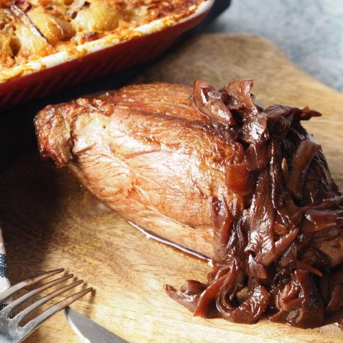 chateaubriand op een houten plank à l'échalote met aardappelgratin en een blauwe theedoek