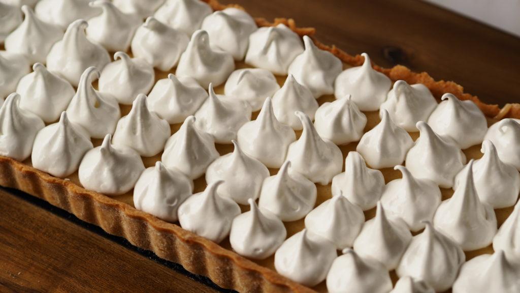 tarte au citron et meringue lemon meringue pie op een plank