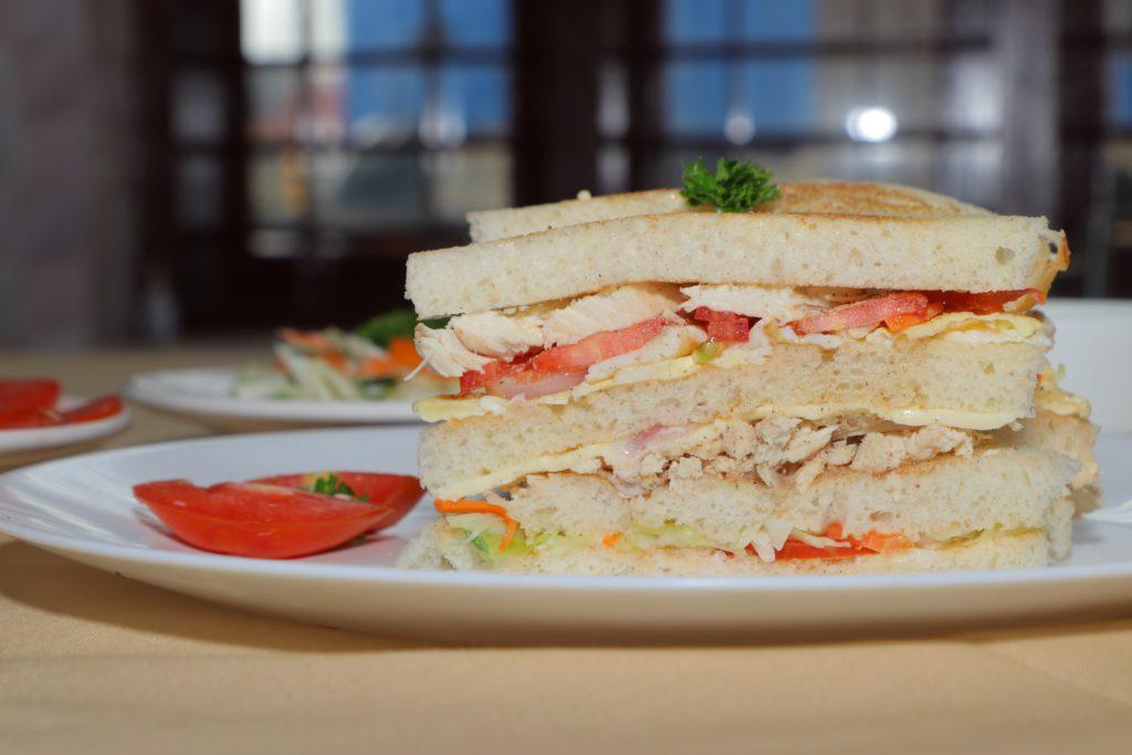 clubsandwich met kip en tomaat, komkommer.