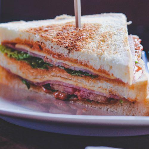 clubsandwich op casinobrood met een prikker