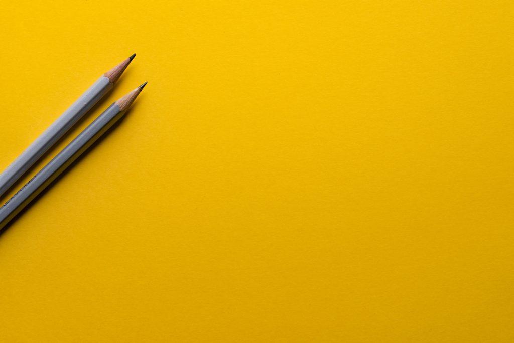 gele achtergrond geel potloden